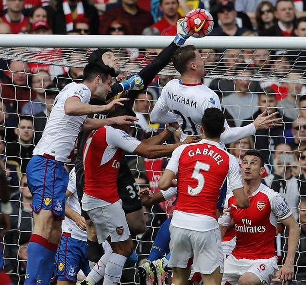 Petr Čech zasahuje před Connorem Wickhamem z Crystal Palace.