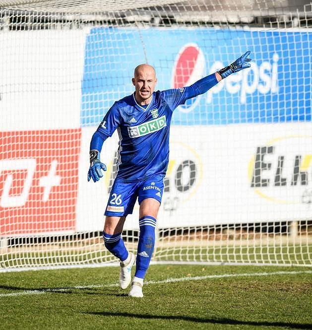 Brankář Karviné Petr Bolek během utkání v Mladé Boleslavi.