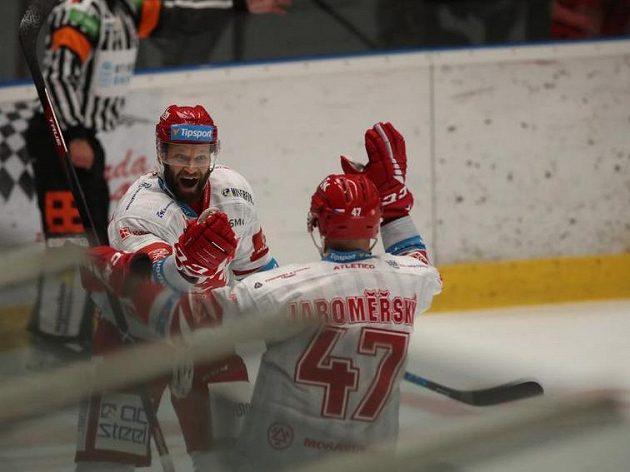 Radost třineckých hokejistů během extraligového utkání v Olomouci.