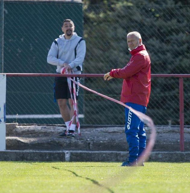 Trenér fotbalistů druholigových Pardubic Jiří Krejčí (vpravo) a jeho asistent Martin Shejbal sledují hráče při tréninku.