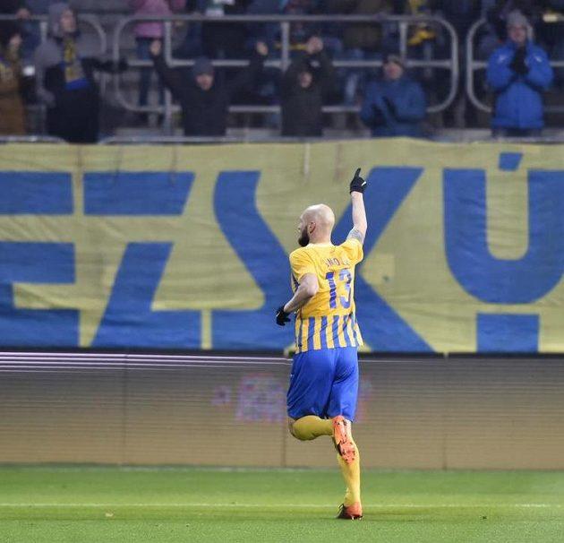 Útočník Tomáš Smola běží oslavovat svůj gól k fanouškům Opavy.