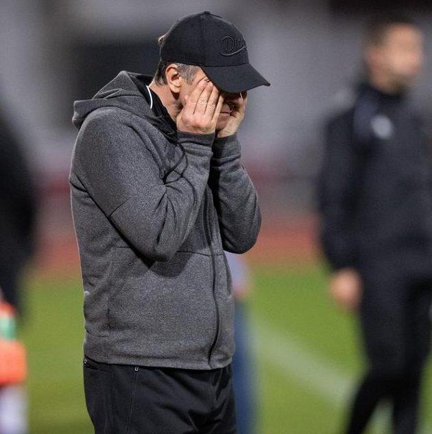 Zoufalý trenér Dukly Praha Roman Skuhravý během derby se Slavií (1:5).