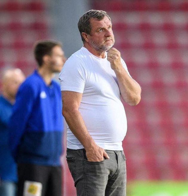 Trenér Sparty Praha Pavel Vrba odložil během utkání košili a jen v tričku dovedl svůj tým k vítězství.