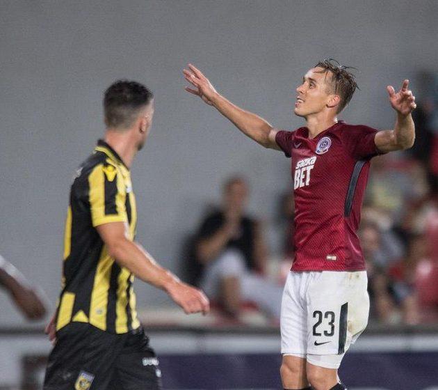Sparťan Josef Šural oslavuje gól na 1:1 během přípravného utkání s Vitesse Arnhem.