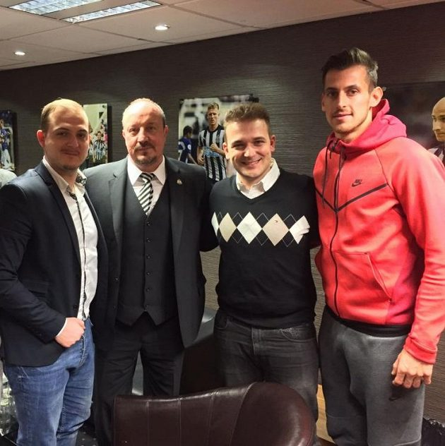 Slavný kouč Rafael Benítez (druhý zleva), brankář Martin Dúbravka (vpravo) a bratři Zíkové v klubových prostorách Newcastlu.