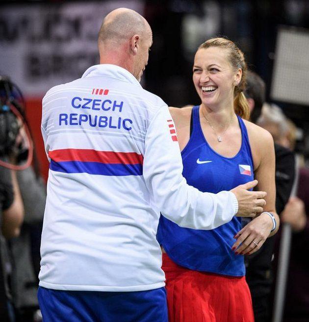 Petra Kvitová oslavuje s Petrem Pálou postup do semfinále přes Švýcarsko.