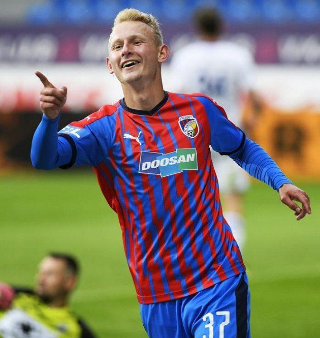 Střelec Ondřej Mihálik se raduje ze sedmého gólu Plzně.