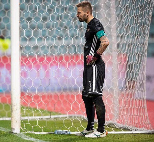 Brankář Dukly Filip Rada po pátem inkasovaném gólu během derby se Slavií (1:5).