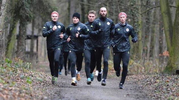 Útočník Jan Vošahlík vede skupinu fotbalistů Slavie při výběhu během soustředění v Nymburce.