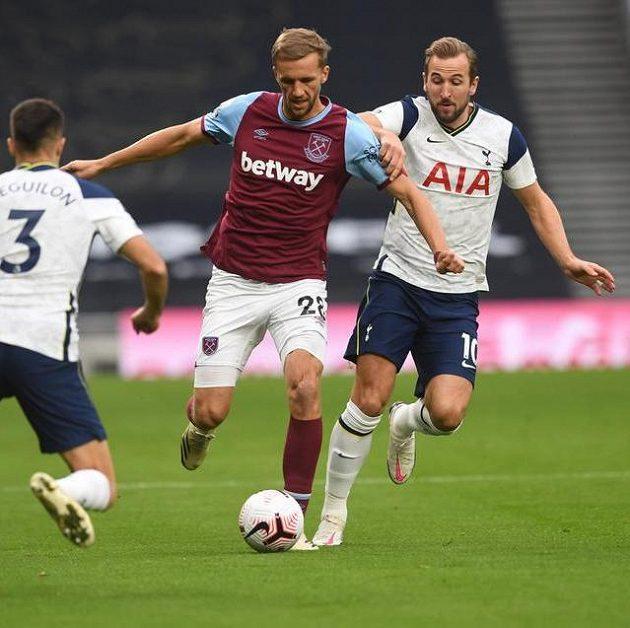 Tomáš Souček z West Hamu a Harry Kane z Tottenhamu.