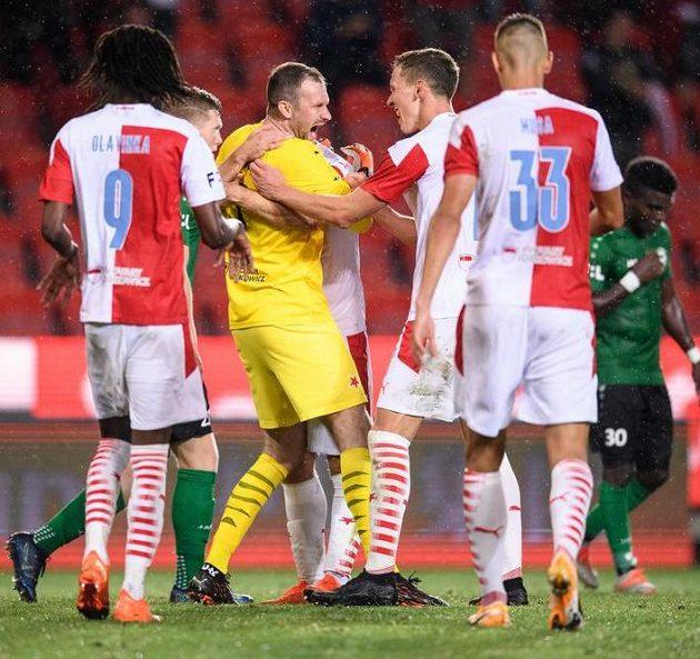 Brankář Slavie Praha Ondřej Kolář oslavuje se spoluhráči gól na 3:0, když proměnil penaltu v utkání 2. kola Fortuna ligy s Příbramí.