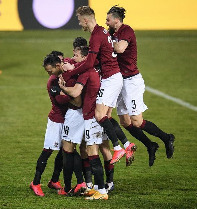 Fotbalisté Sparty Praha oslavují třetí gól během utkání ve Zlíně.