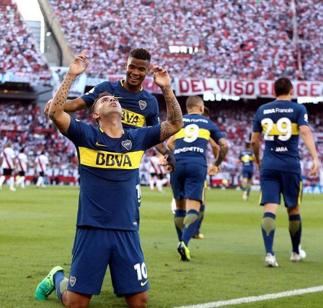 Boca Juniors slaví. Edwin Cardona (dole) vstřelil úvodní gól derby.