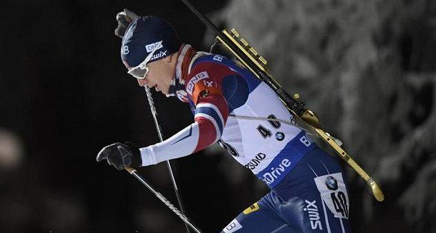 Vítěz Johannes Thingnes Bö z Norska na trati vytrvalostního závodu.