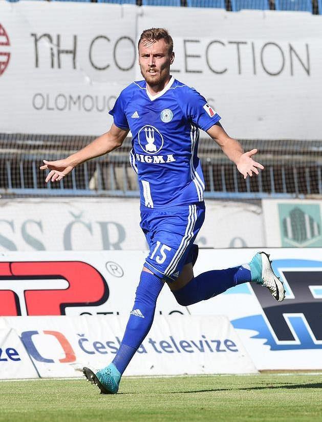 Tomáš Chorý z Olomouce se raduje z gólu.