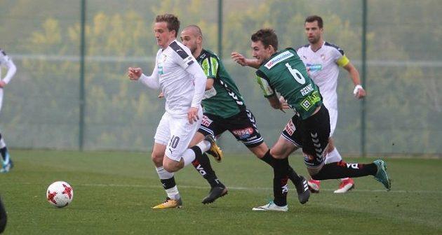 Plzeňský fotbalista Jan Kopic během přípravného utkání s rakouským Riedem.