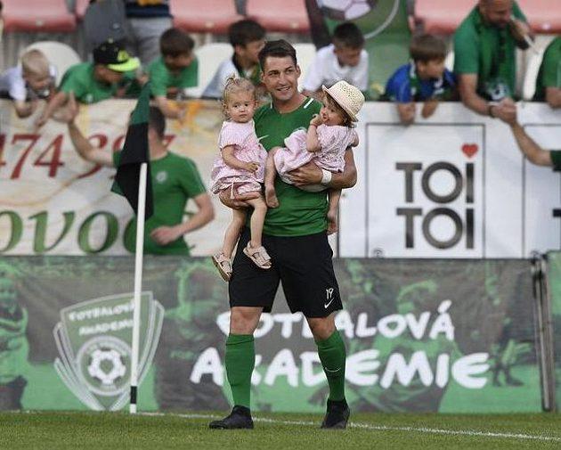 Rudolf Skácel z 1. FK Příbram s dětmi po utkání, ve kterém se rozloučil s profesionální kariérou.