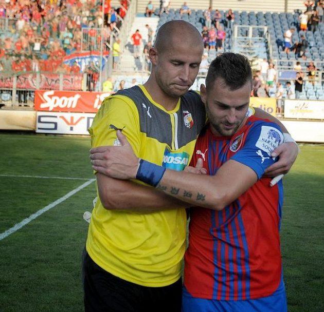 Plzeňský gólman Petr Bolek a Radim Řezník (vpravo) se radují z vítězství.