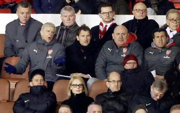Manažer Arsenalu Arséne Wenger proseděl zápas 3. kola FA Cupu na hřišti Nottinghamu jen na tribuně. Tam bezmocně gestikuloval, výkon jeho svěřenců se mu nelíbil.