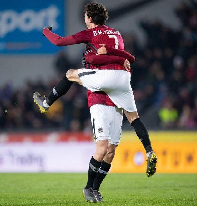 Fotbalisté Sparty David Moberg Karlsson a Bořek Dočkal oslavují gól na 2:1 během utkání s Baníkem.