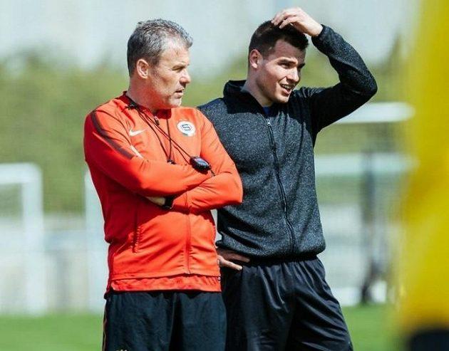 Nepotřebujete poradit...? Michal Krčmář (vpravo) po boku trenéra Pavla Hapala.