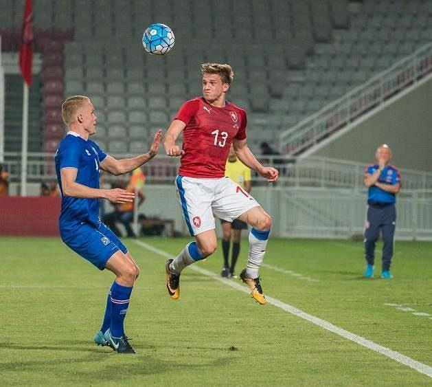Jan Kopic (vpravo) v utkání s Islandem.