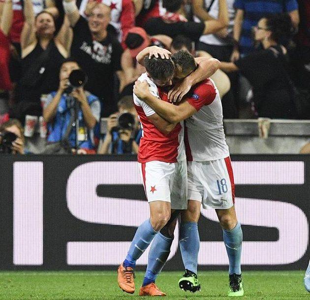Jan Bořil přijímá gratulaci ke gólu od spoluhráče Davida Hovorky.