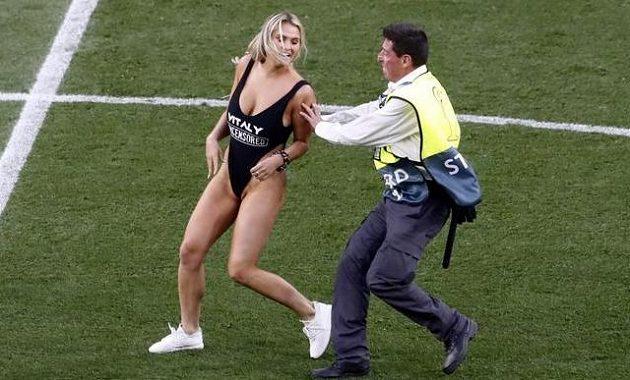 Středem pozornosti byla chvíli během finále fotbalové Ligy mistrů polonahá blondýnka. Vběhla na trávník a krotit ji museli strážci pořádku.