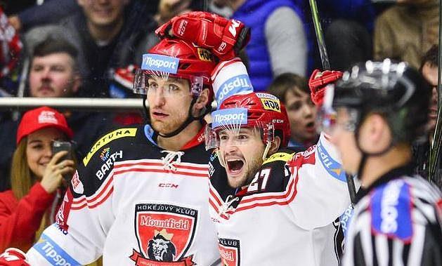Bedřich Köhler (vlevo) a Rastislav Dej, oba z Hradce Králové, oslavují gól proti Litvínovu.