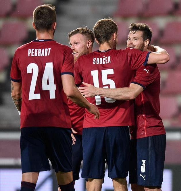 Český obránace Ondřej Čelůstka (vpravo) oslavuje se spoluhráči gól na 3:1 v přípravě proti Albánii.