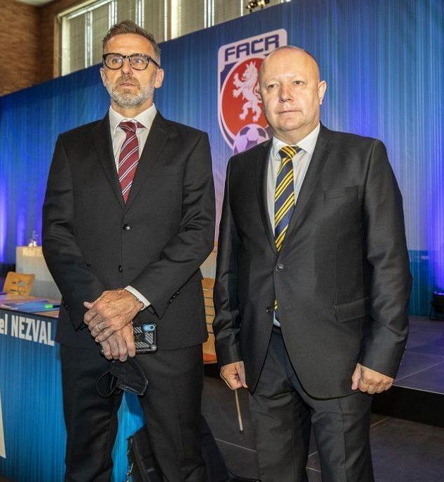 Petr Fousek (vpravo) a Karel Poborský ještě před volbou předsedy FAČR v Nymburce.