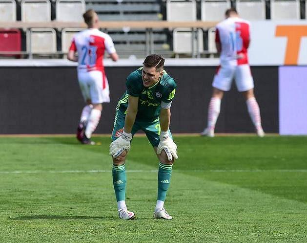 Brankář Olomouce Aleš Mandous po inkasování branky v pohárovém čtvrtfinále se Slavií.