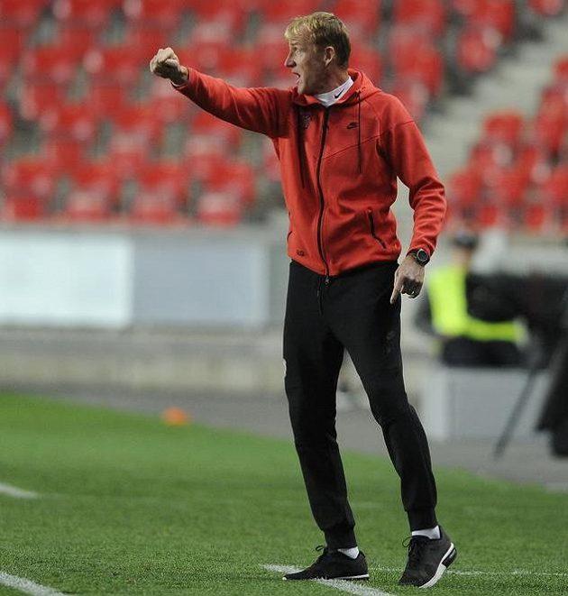 Kouč Brna Richard Dostálek udílí taktické pokyny během zápasu se Slavii.
