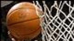 """Králové ze Sacramenta převálcovali New Jersey Nets na jejich palubovce. Do koše domácích právě doručuje """"zásilku"""" Jim Jackson (v tmavém)."""