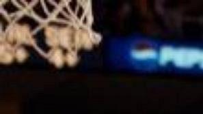 Ray Allen ze Seattle Supersonics střílí koš mezi bezmocnými hráči LA Lakers.