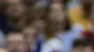 Kevin Garnett zMinnesoty se pokouší obejít Shaquilla O'Neala zLA Lakers.