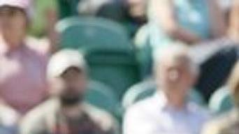 Serena Williamsová se ve svém prvním utkání po návratu na kurty často rozčilovala, ale nakonec úvodní kolo v Eastbourne zvládla.
