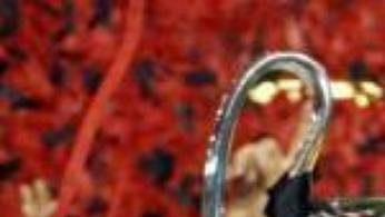 Kapitán AC Milán Paolo Maldini se raduje strofejí pro vítěze Ligy mistrů nad hlavou.