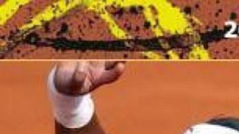 Serena Williamsová opouští kurt po vyřazení v senifinále French Open.