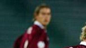 Fotbalista Lazia Řím Sergio Corradi (vpravo) sleduje vakci sparťanského Tomáše Hübschamnna vzápase 2. kola Ligy mistrů