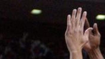 Richard Jefferson z New Jersey Nets se snaží projít přes hráče celku Detroit Pistons Tayshauna Prince (22) a Clifforda Robinsona (30).