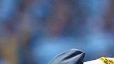 Španělský policista vyvádí z hrací plochy nahého fanouška, který narušil finále Poháru UEFA.