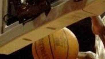 Basketbalista Atlanty Hawks Theo Ratliff blokuje střelu Coreyho Maggettea zLos Angeles Clippers.
