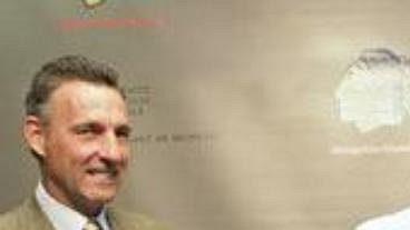 Parick Kane (uprostřed) na oficiální tiskové konferenci v Chicagu