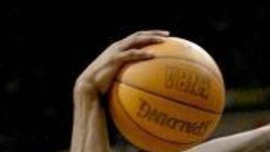 Kevin Garnett z Minnesoty marně brání Kobea Bryanta z LA (vpředu).