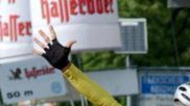 Italský cyklista Andrea Moletta ve vítězném gestu protíná cílovou pásku šesté etapy Závodu míru scílem ve Frankfurtu nad Odrou.