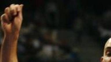 Detroitský Jon Barry brání Allena Iversona z Philadelphie.