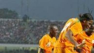 Hráči Pobřeží Slonoviny oslavují vstřelenou branku.