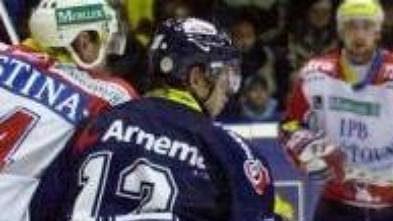 Hokejisté Liberce (v tmavém) se postupně sbírají zmizérie na začátku sezóny