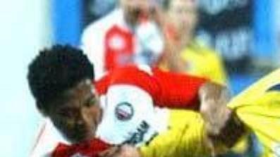 Ferne Snoyl z Feyenoordu se snaží odstavit od míče teplického Pavla Horvátha (ve žlutém).